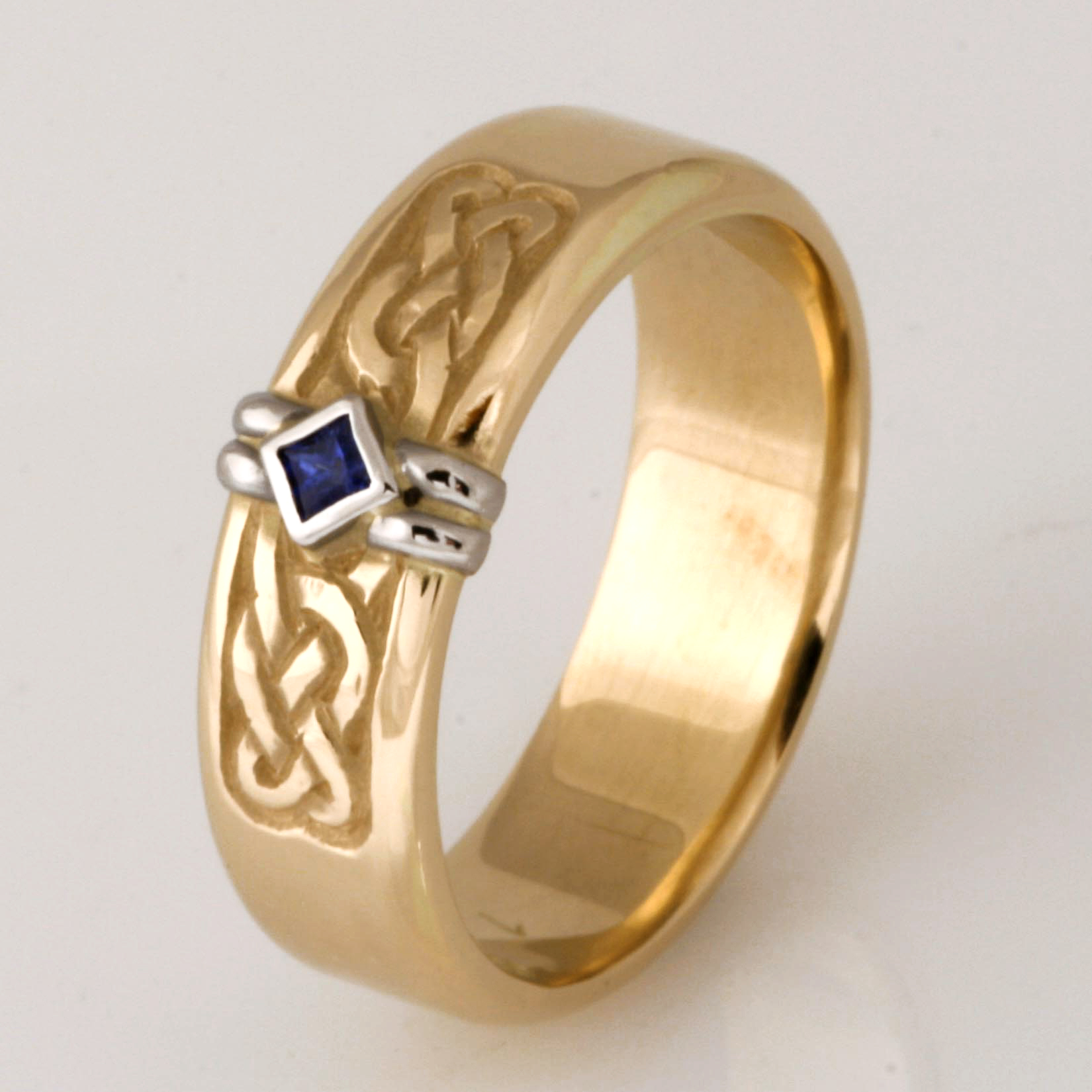Handmade gents 18ct yellow gold and palladium hand engraved wedding ring featuring a Ceylon sapphire