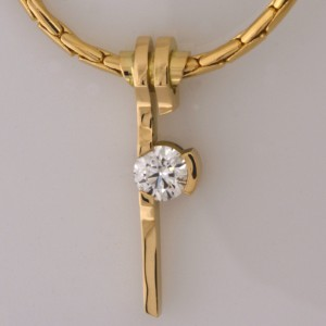 Handmade ladies 18ct yellow gold pendant and chain with an Eightstar diamond