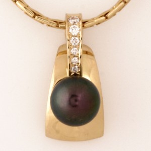 Handmade ladies 18ct yellow gold black pearl and diamond pendant on an 14ct yellow gold chain