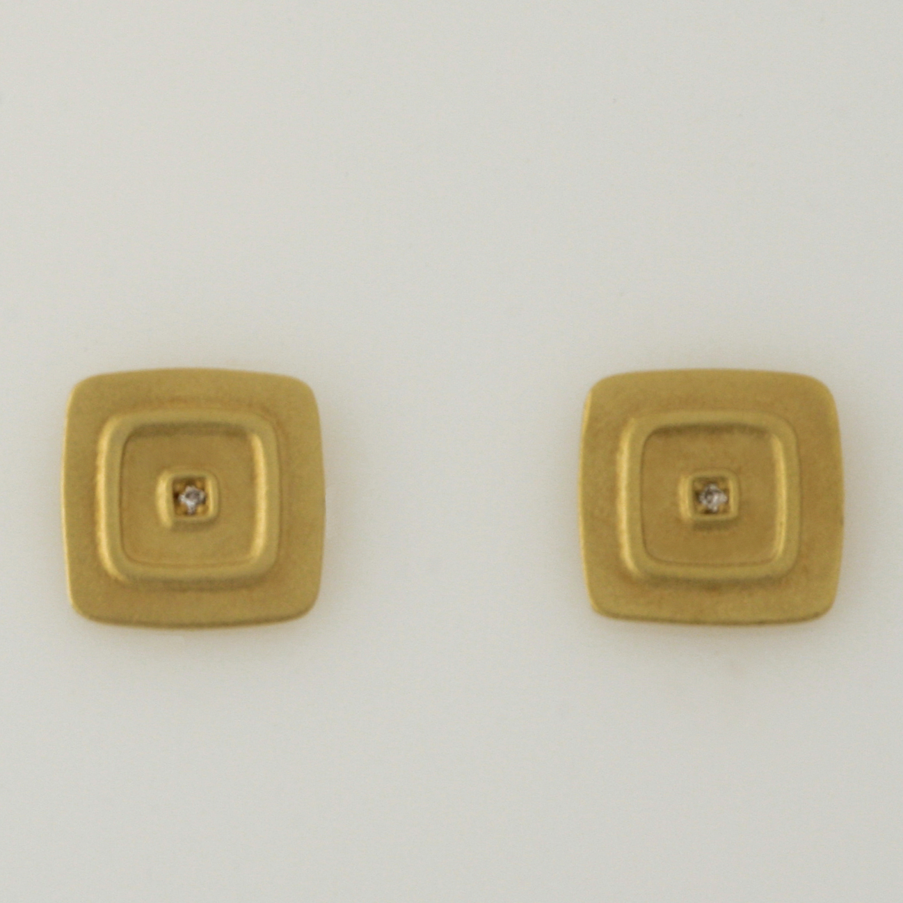 E084 18ct yellow gold square stud set with 2 diamonds = 0.01ct $325