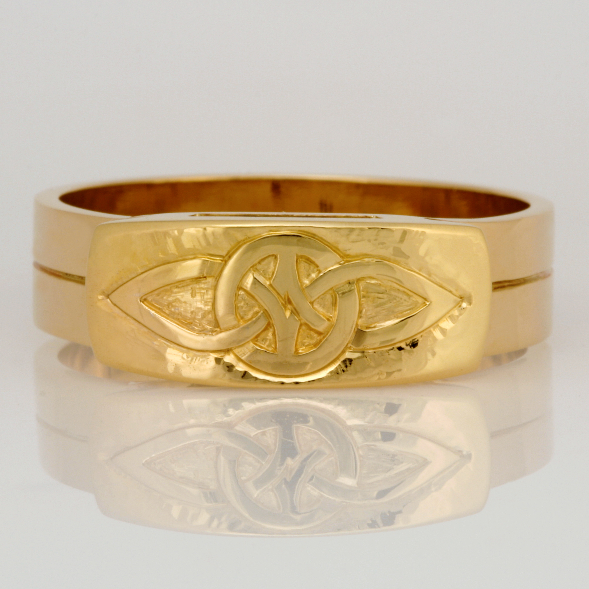 Handmade gents 14ct yellow gold ring featuring a 18ct yellow gold hand carved knot pattern top